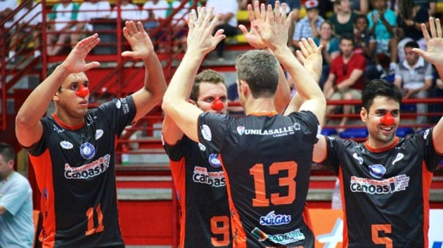 Players at the Canoas vs. Funvic match. Photo: World of Volley