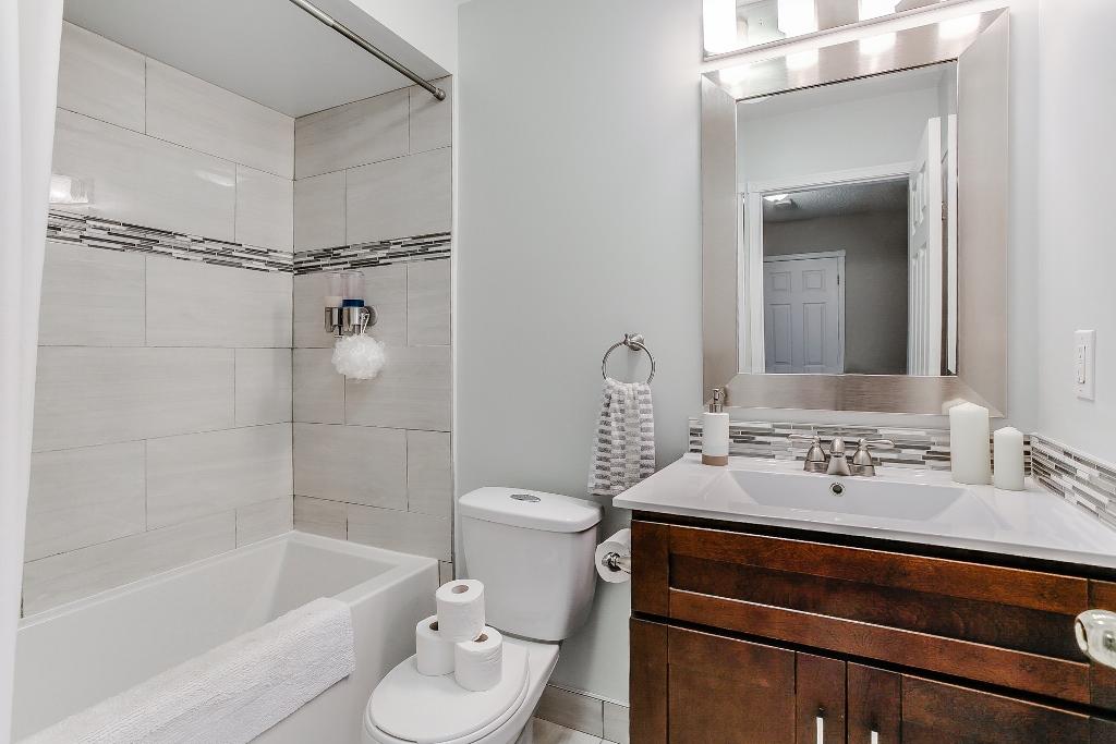 32_1stbathroom11.jpg