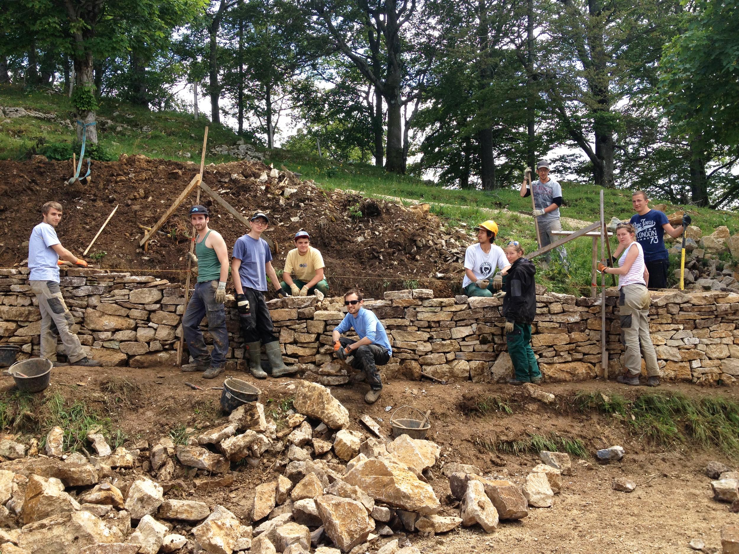 Erste Handgriffe an einer kleineren Stützmauer im Jura.