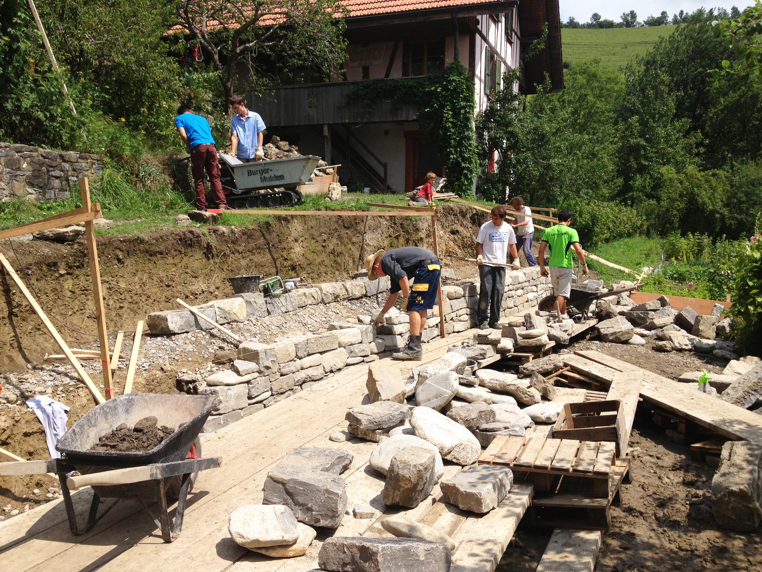 Bau von zwei kleineren Stützmauern.