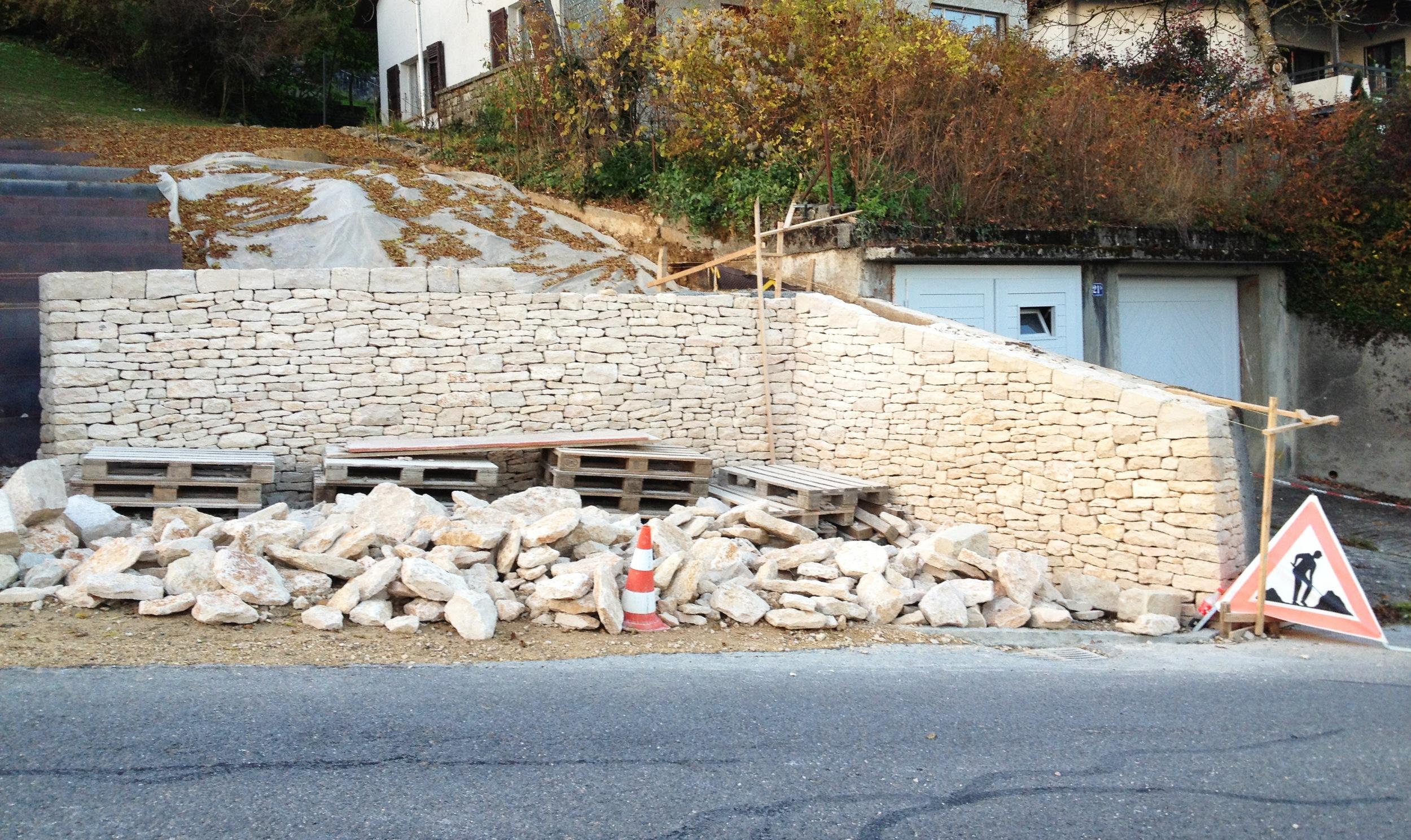 Mit der Mauer wurde der Übergangsbereich zwischen Garten und Garage bei einem EFH neu gestaltet.