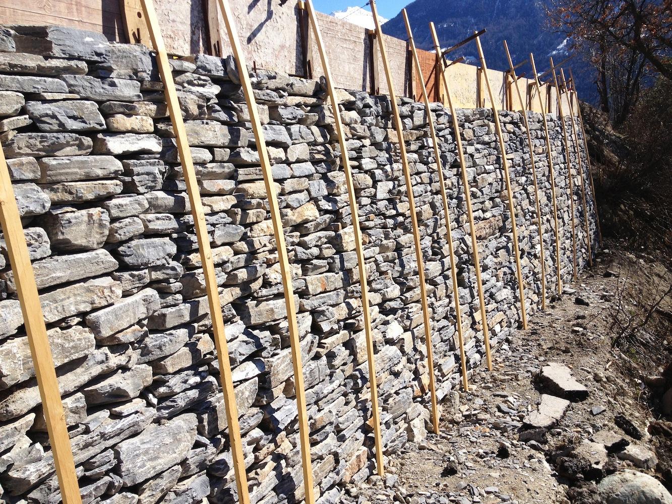 Grosse Stützmauer mit Steinen aus dem Bruch von Vollèges im Unterwallis.