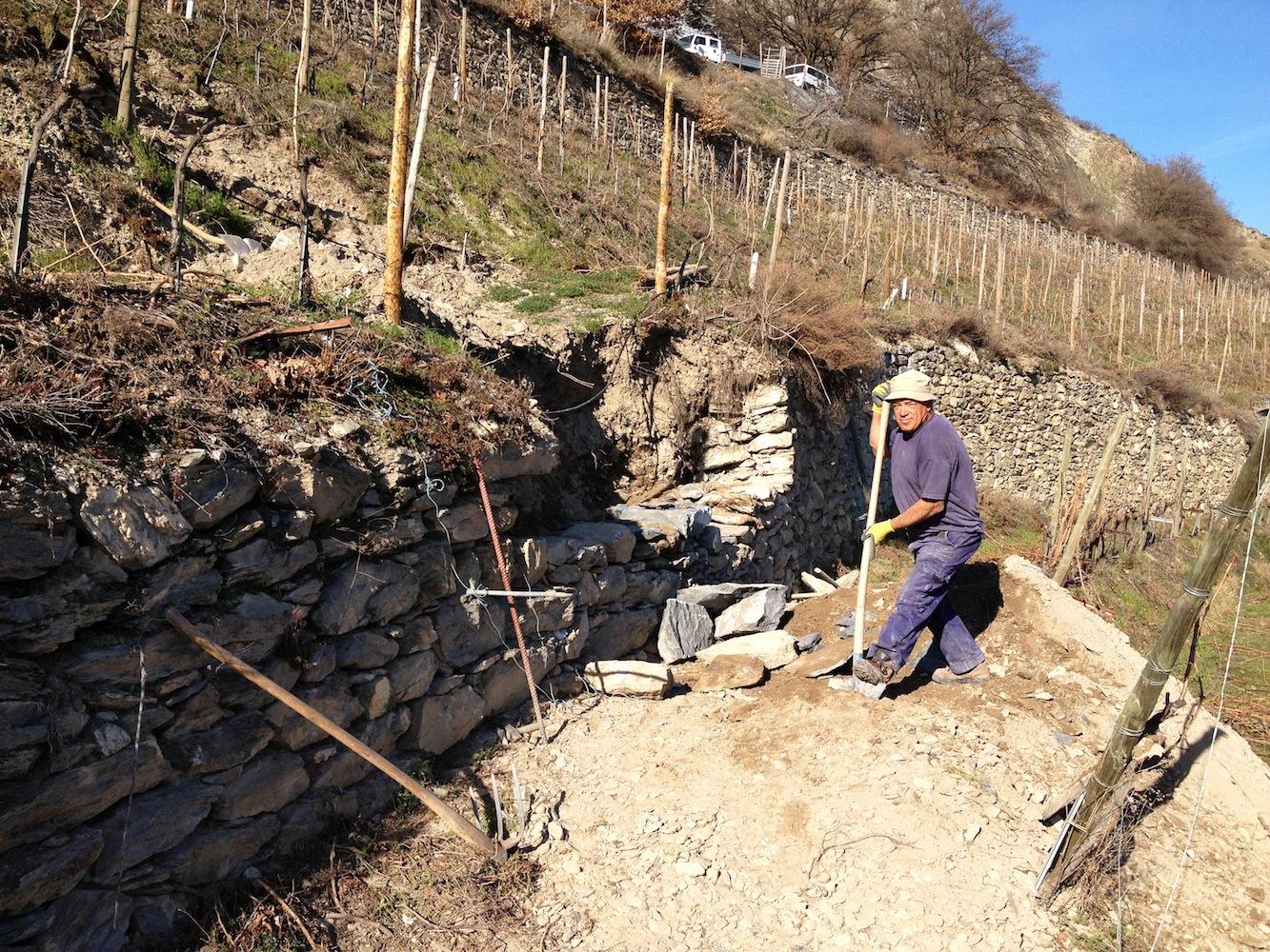 Wenn immer möglich, werden Mauern mit den vorhandenen Steinen saniert. Zur Qualitätsoptimierung wird gezielt Material zugeführt.
