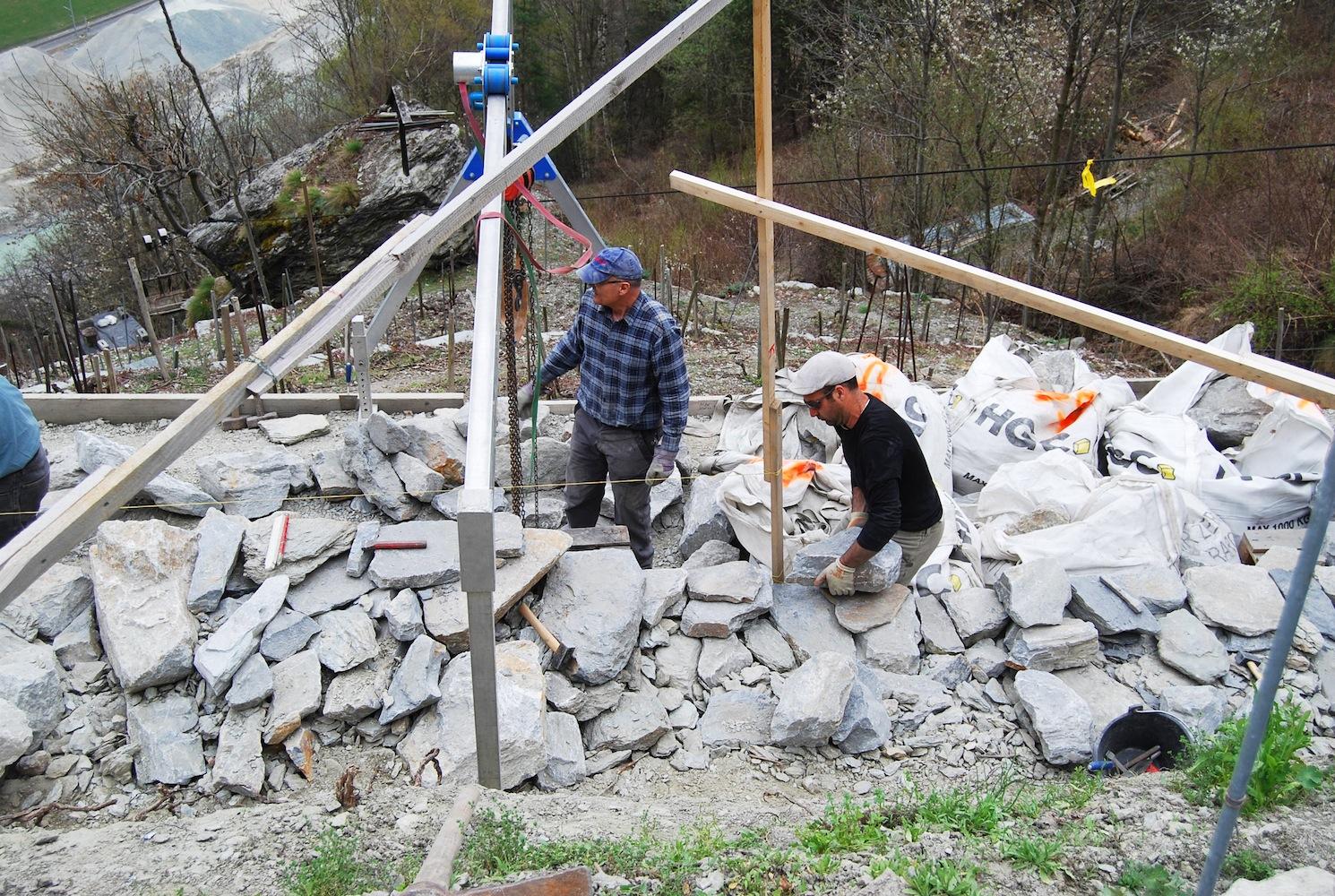 Stützmauern sind Schwergewichts-Mauern. Mit ihrem Eigengewicht tragen und stützen sie die Rebterrassen.
