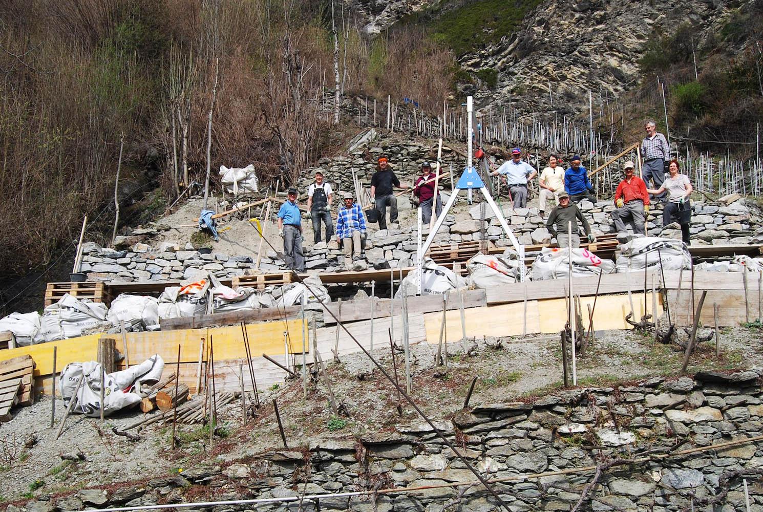 Der Verein VinEsch baut mit seinen Mitgliedern Rebmauern wieder auf.