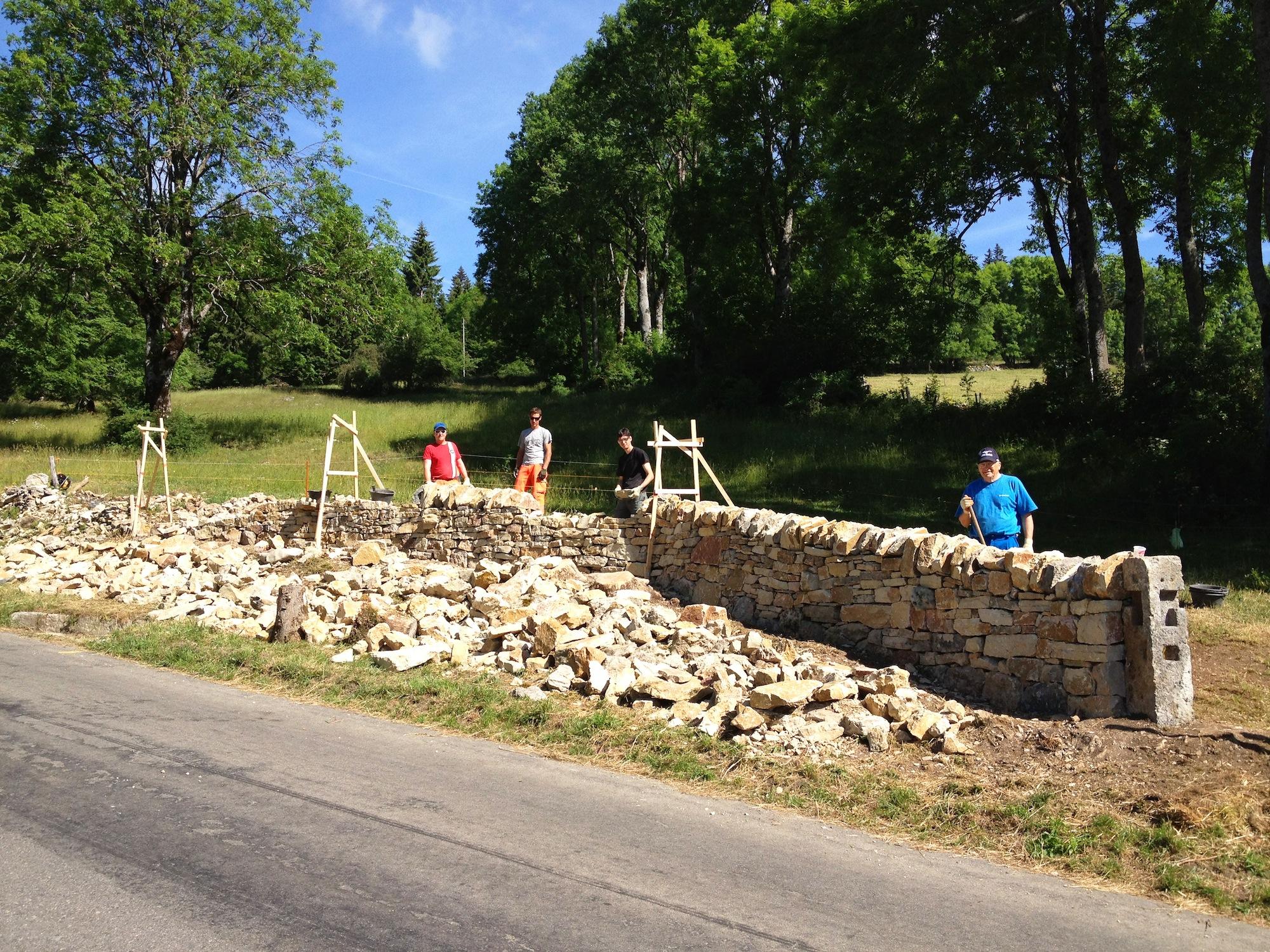 Bau einer typischen Juraweide-Mauer.