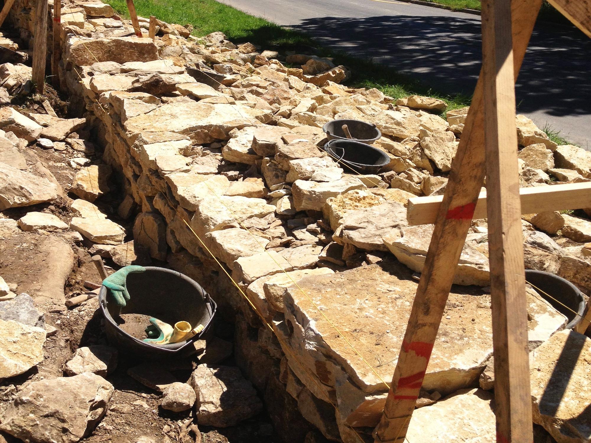 Die Steine werden wenn immer möglich mit der Längsseite in die Mauer gelegt.