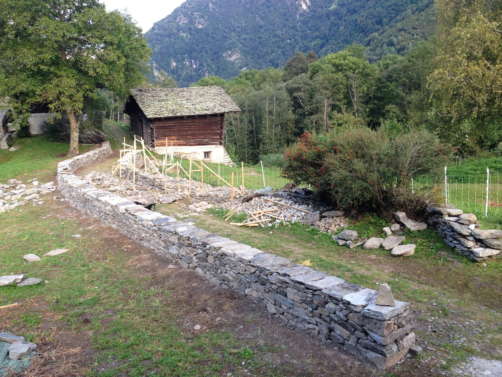 Im Gegensatz zum Jura sind in den Alpen viele Mauern mit besonders schweren und liegenden Decksteinen abgedeckt.