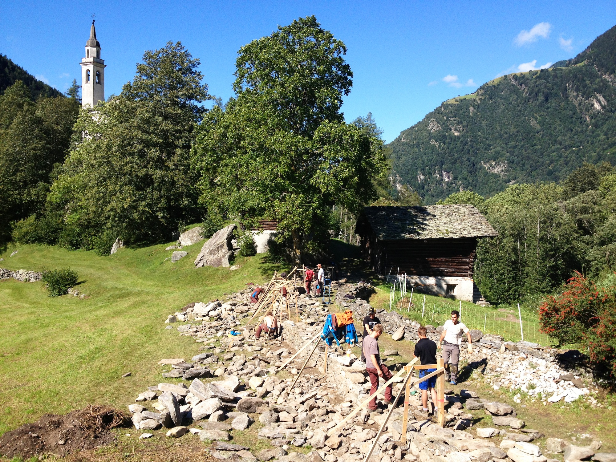 Zwei kleinere Mauern begleiten den Weg zu Kirche und Friedhof.