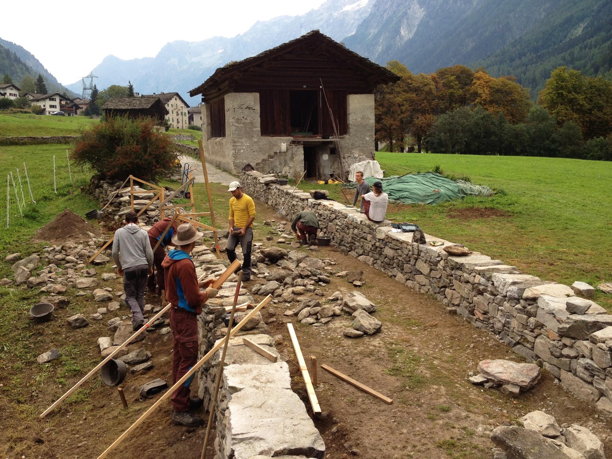 Die beiden Mauern wurden mit alten vorhandenen und neu zugeführten Steinen aufgebaut.