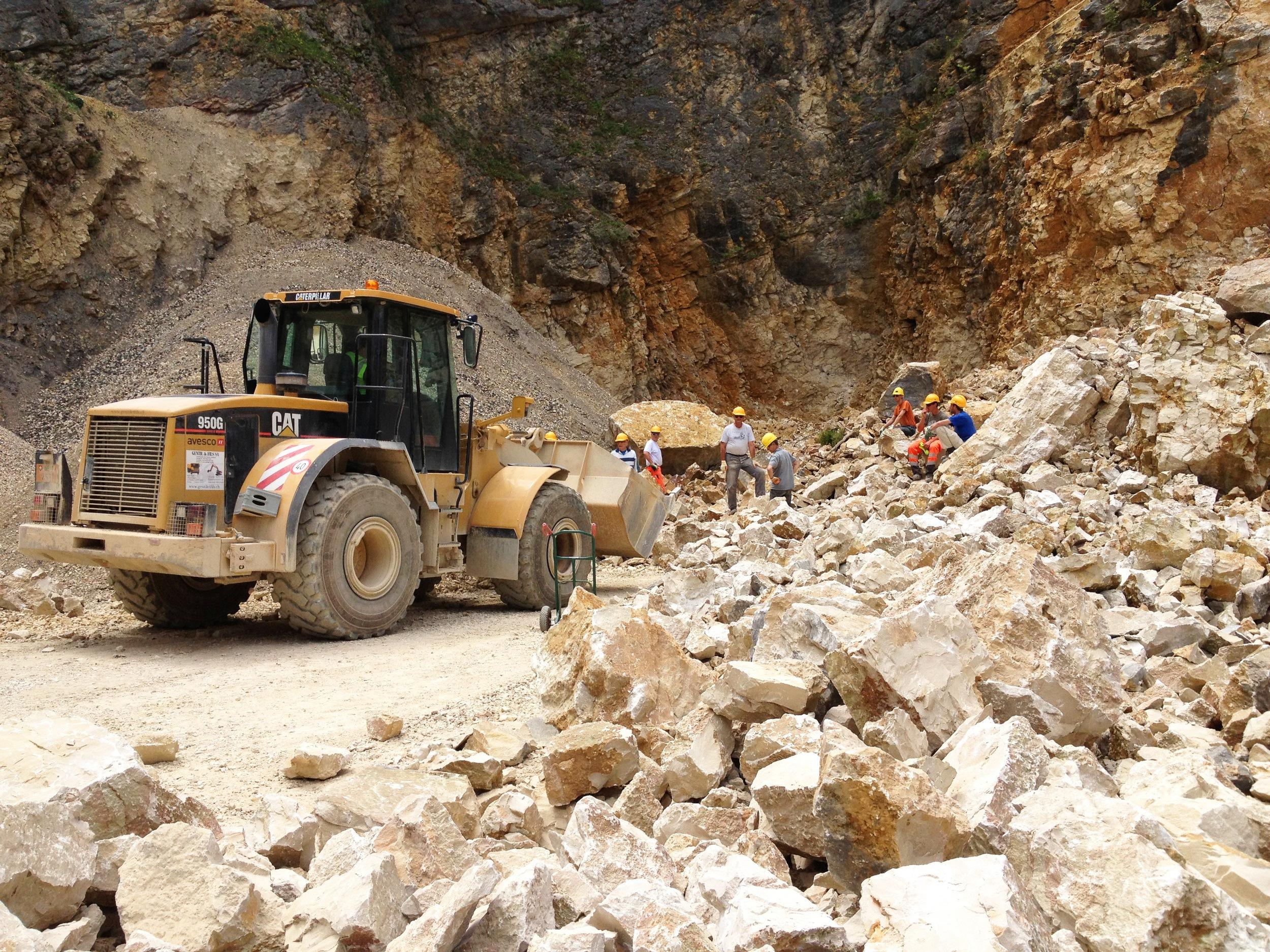 Im Steinbruch wird Material aussortiert.