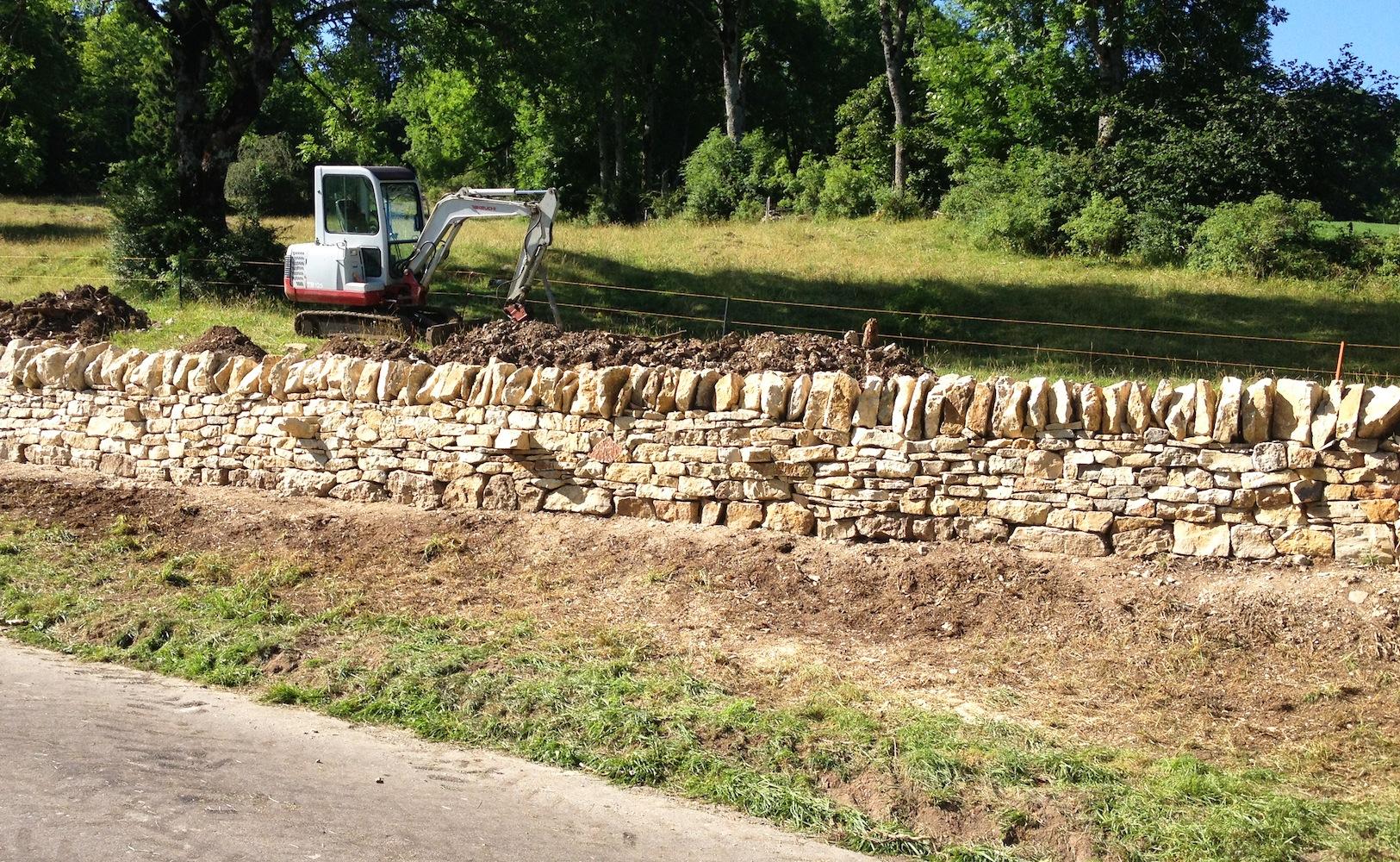 Pro Laufmeter freistehende Mauer wird ca. 1 Tonne Material verbaut. Je nach Region variiert der Baustil bei den Decksteinen. Im Jura werden sie meistens gestellt.