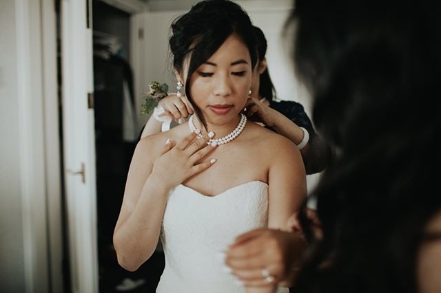 I'm all about these moments when the bride puts the finishing touches on. It's like all the months of planning finally coming together in one beautiful instant. I lovvvve it 🤗 . . . . . . . . . . . . #washingtonweddingphotographer #washingtonwedding #washingtonbride #elopementphotographer #elopement #engaged #weddingplanning #isaidyes #olympiawaweddingphotographer #olywa #seattleweddingphotographer #seattlebride #pnwwedding #bohobride #indiebride #untraditionalwedding #unpluggedwedding #weddingideas #weddinginspo #junebugweddings #theknot #firstlook #2019wedding #2019bride