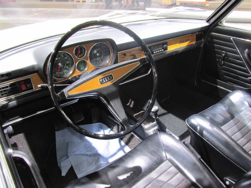 Audi-100-interior.jpg