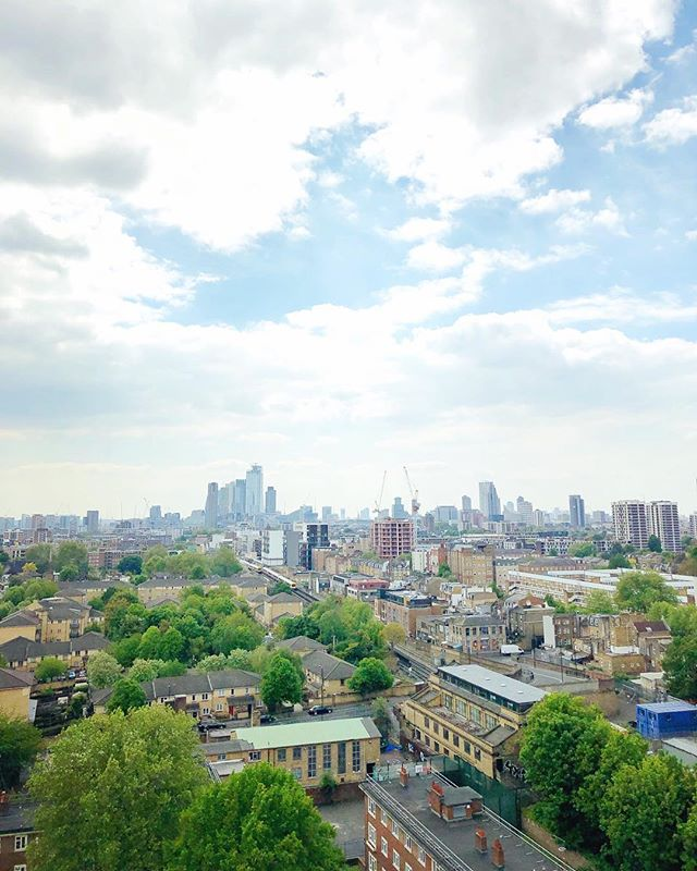 || Time for a new home!📦|| #dalston #newdigs #itcomeswithaview #honeyimhome #eastlondongirl . . . . . . . . . #postitfortheaesthetic #fromwhereistand #alifealive #finditliveit #culturetrip #discovertheworld #beautifuldestinations #letsgosomewhere #liveunscripted #letsgetlost #neverstopexploring #nothingisordinary #livethelittlethings #londonlover #dalston #rooftop #views