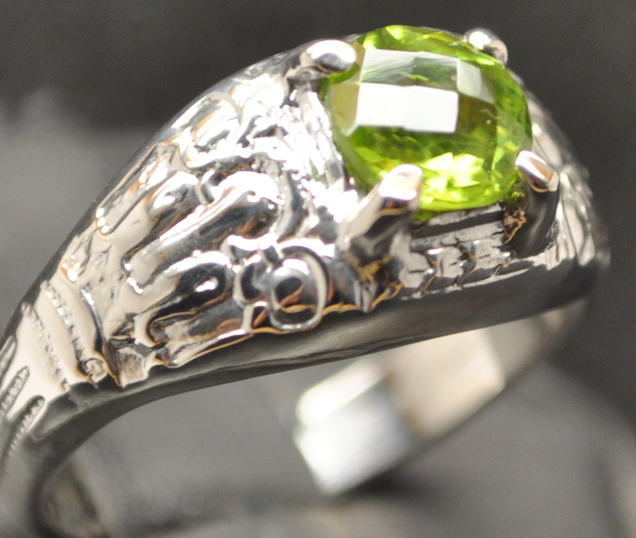 PERIDOT - MEN'S STERLING SILVER SOLID BACK RING