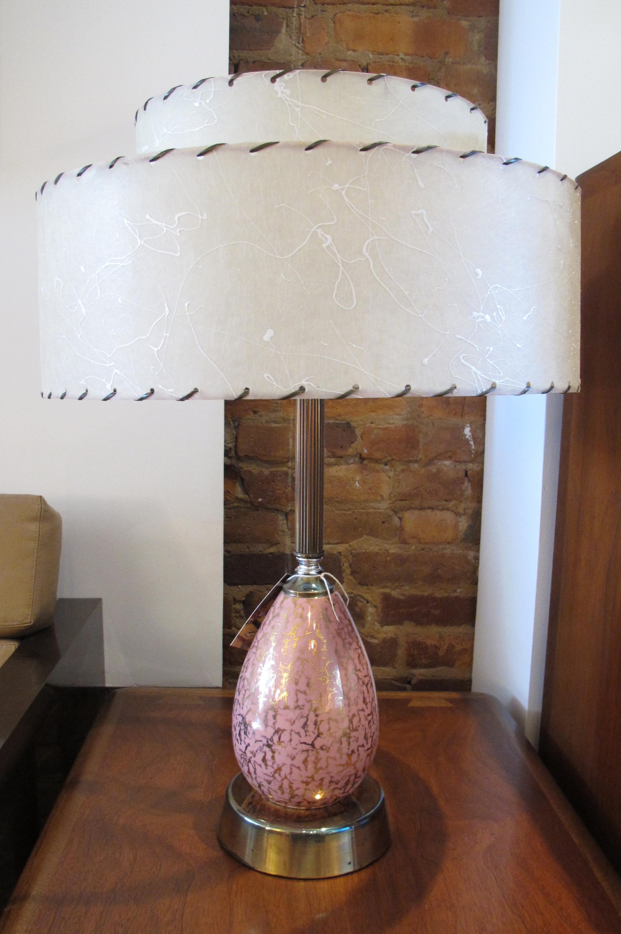 MID CENTURY PINK & GOLD ATOMIC LAMP WITH FIBERGLASS SHADE