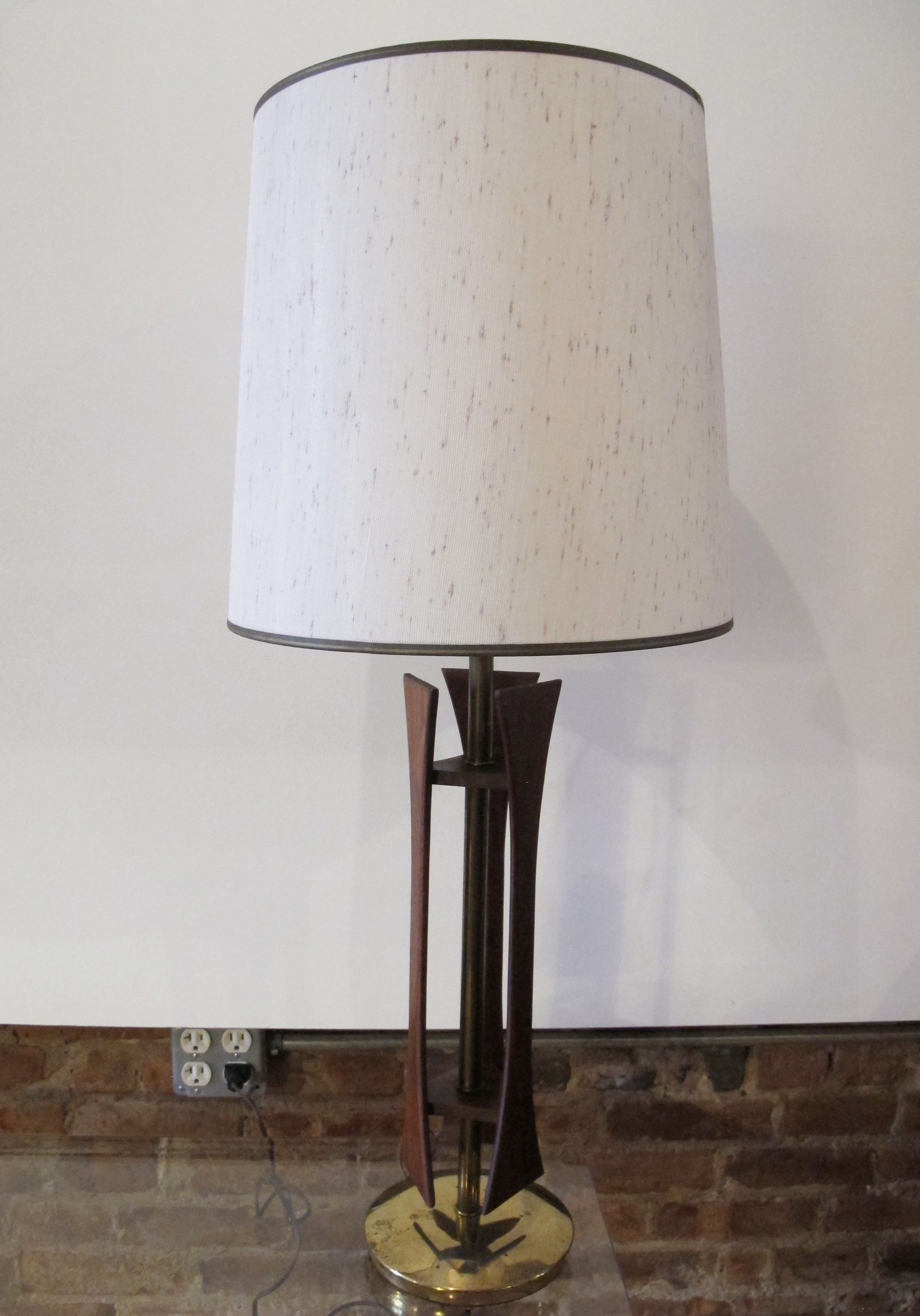 MID CENTURY SCULPTURAL WALNUT & BRASS TABLE LAMP