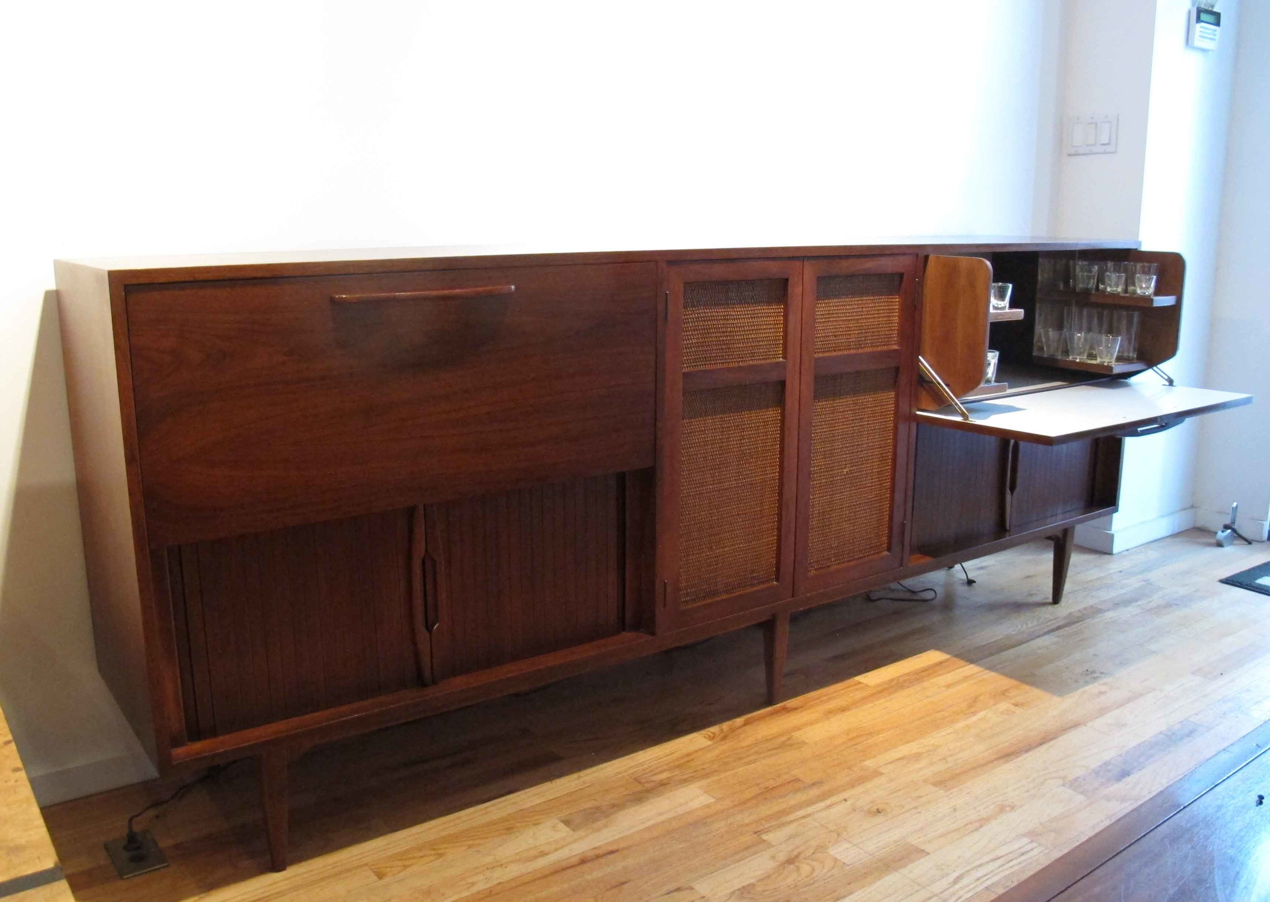 MID CENTURY WALNUT HIFI RECORD & BAR CABINET WITH GLASSWAR