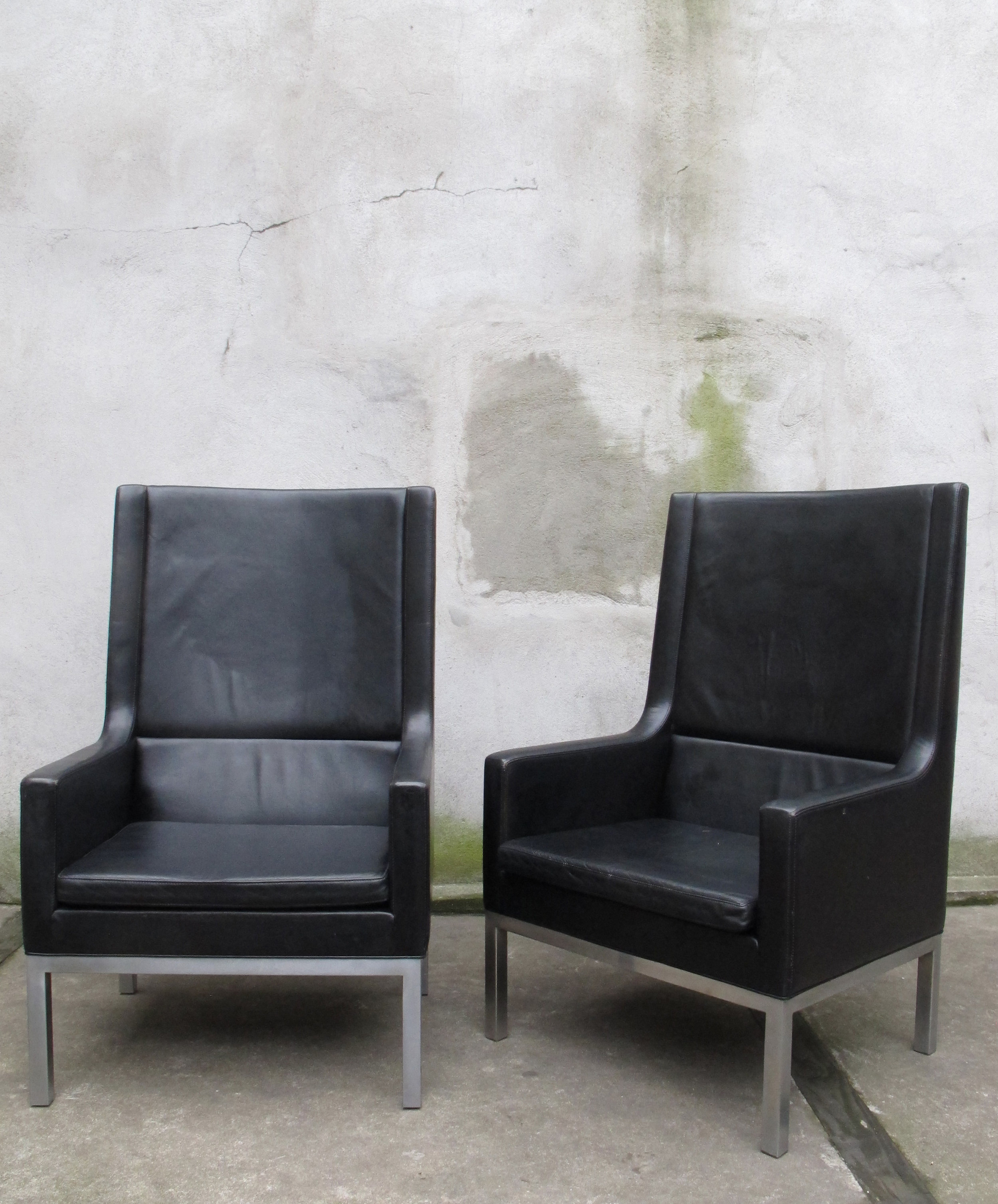 PAIR OF KNOLL STYLE MID CENTURY LEATHER LOUNGE CHAIRS
