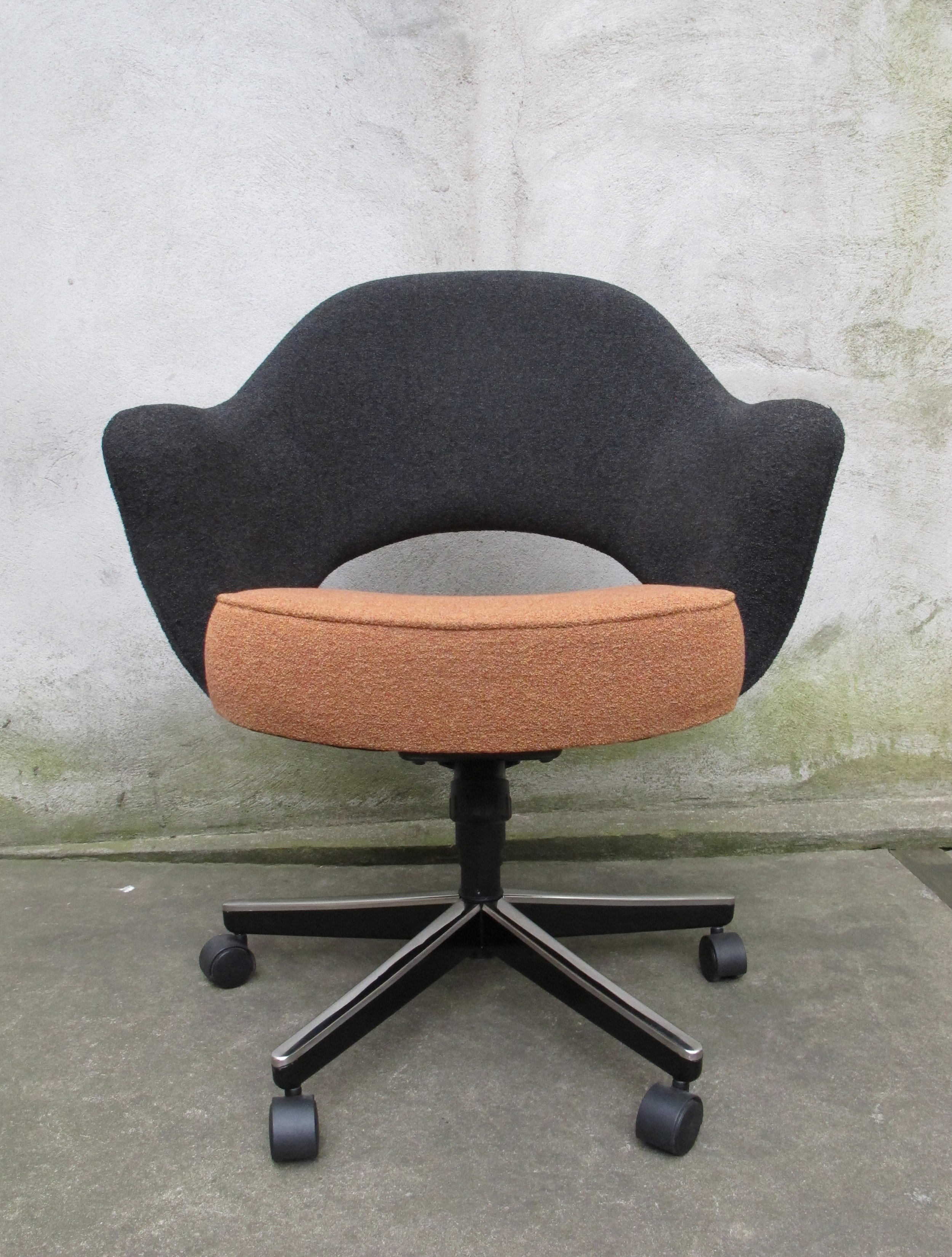 MID CENTURY SAARINEN EXECUTIVE ROLLING ARMCHAIR BY KNOLL