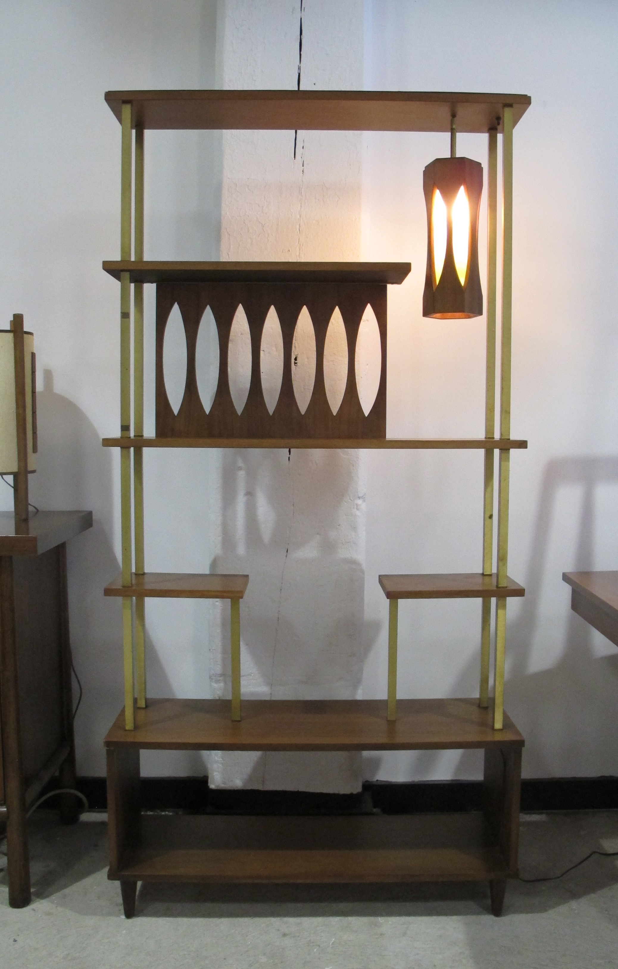 MID CENTURY MODERN WOOD & BRASS ETAGERE WITH HANGING LAMP