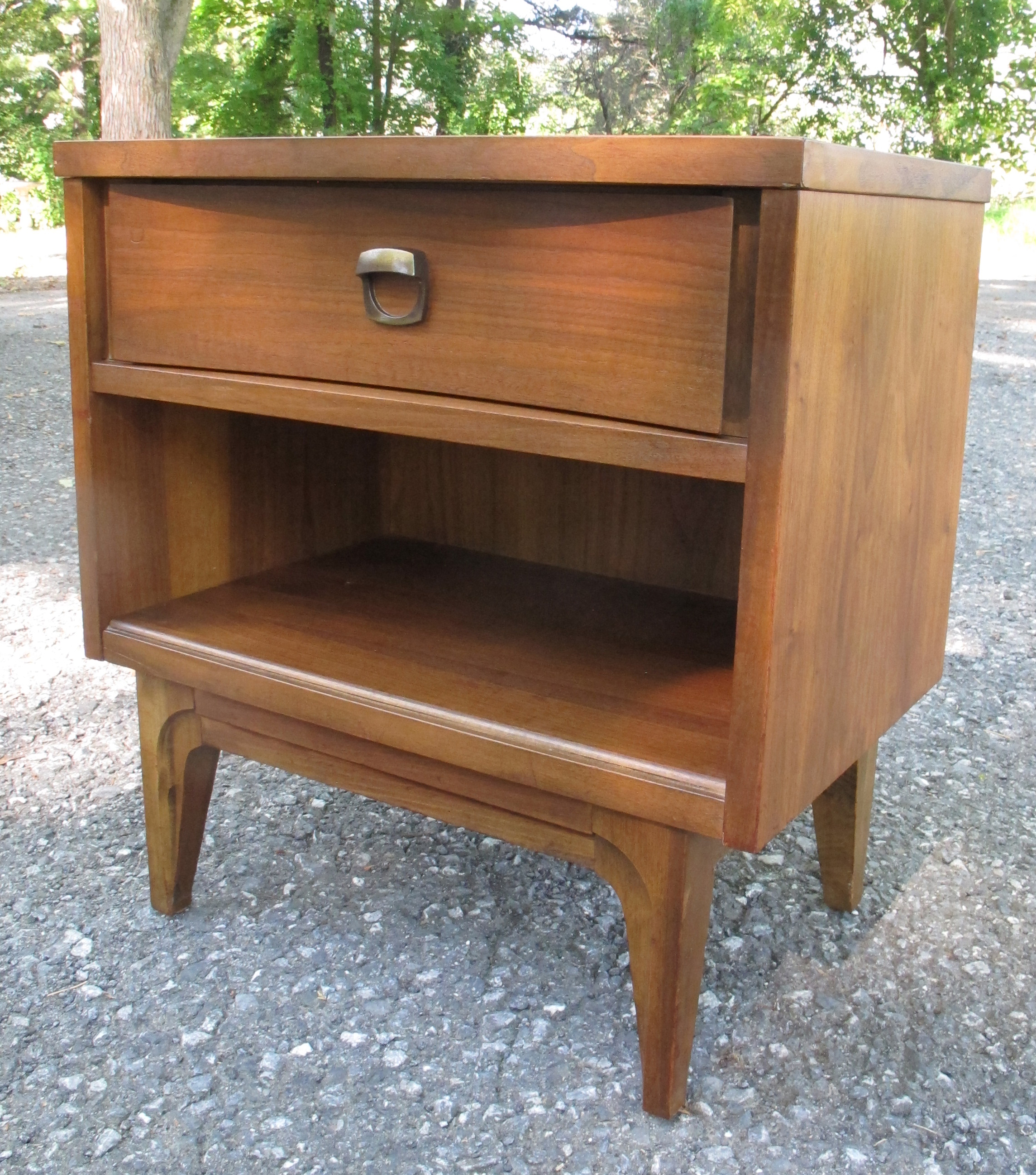 MID CENTURY WALNUT NIGHTSTAND WITH DRAWER