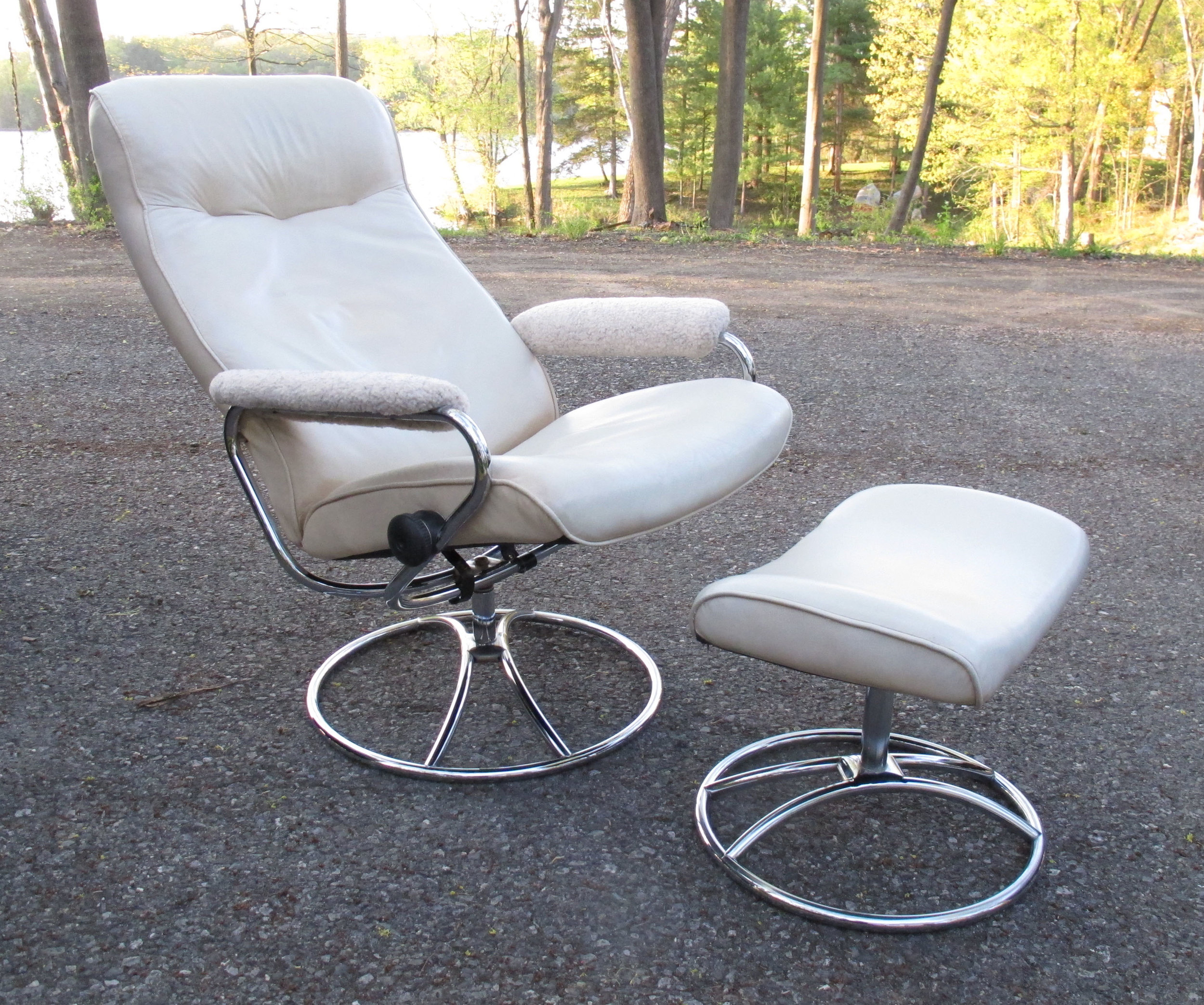 NORWEGIAN EKORNES STRESSLESS WHITE LEATHER RECLINER WITH OTTOMAN