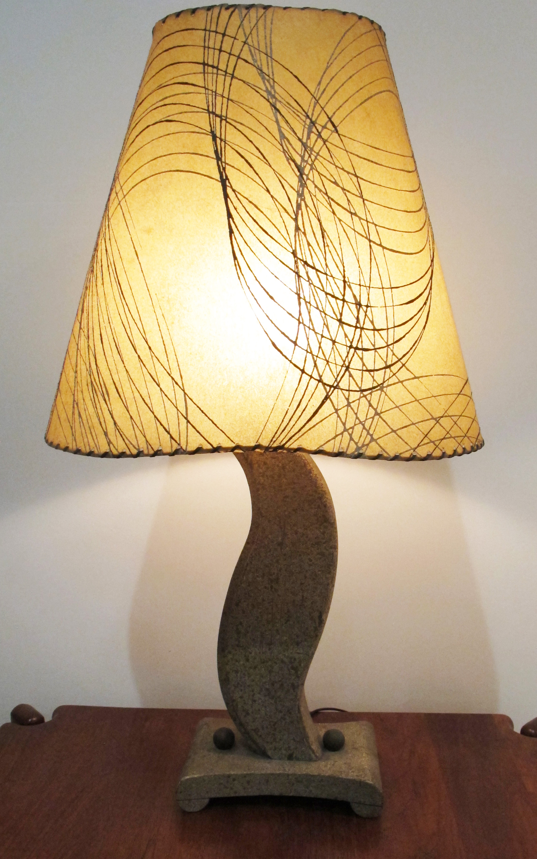 MID CENTURY UNDULATING WOOD LAMP WITH FIBERGLASS SHADE