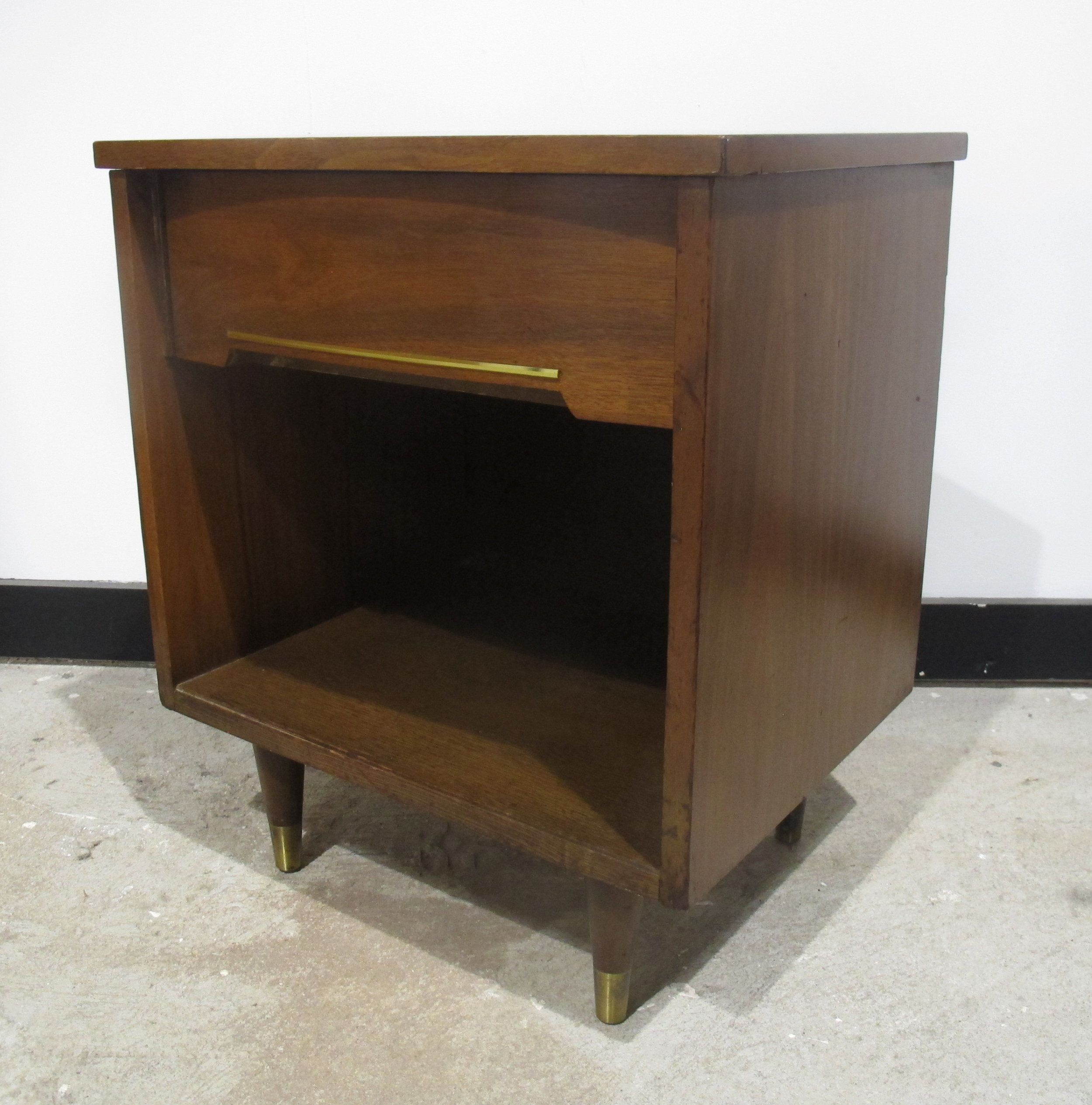 MID CENTURY MODERN ONE DRAWER WALNUT NIGHTSTAND