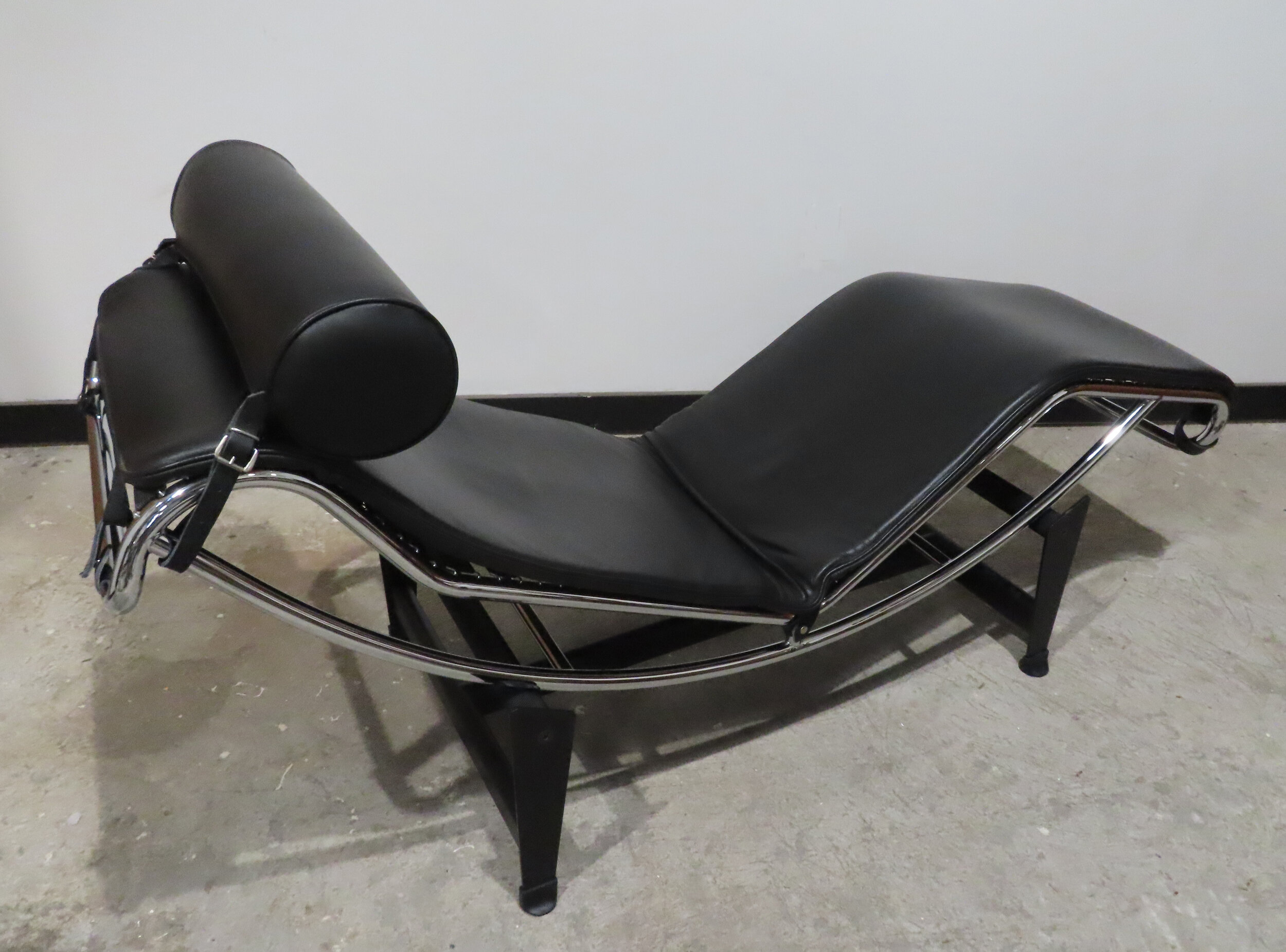 LE CORBUSIER LC4 BLACK LEATHER CHAISE LOUNGE CHAIR