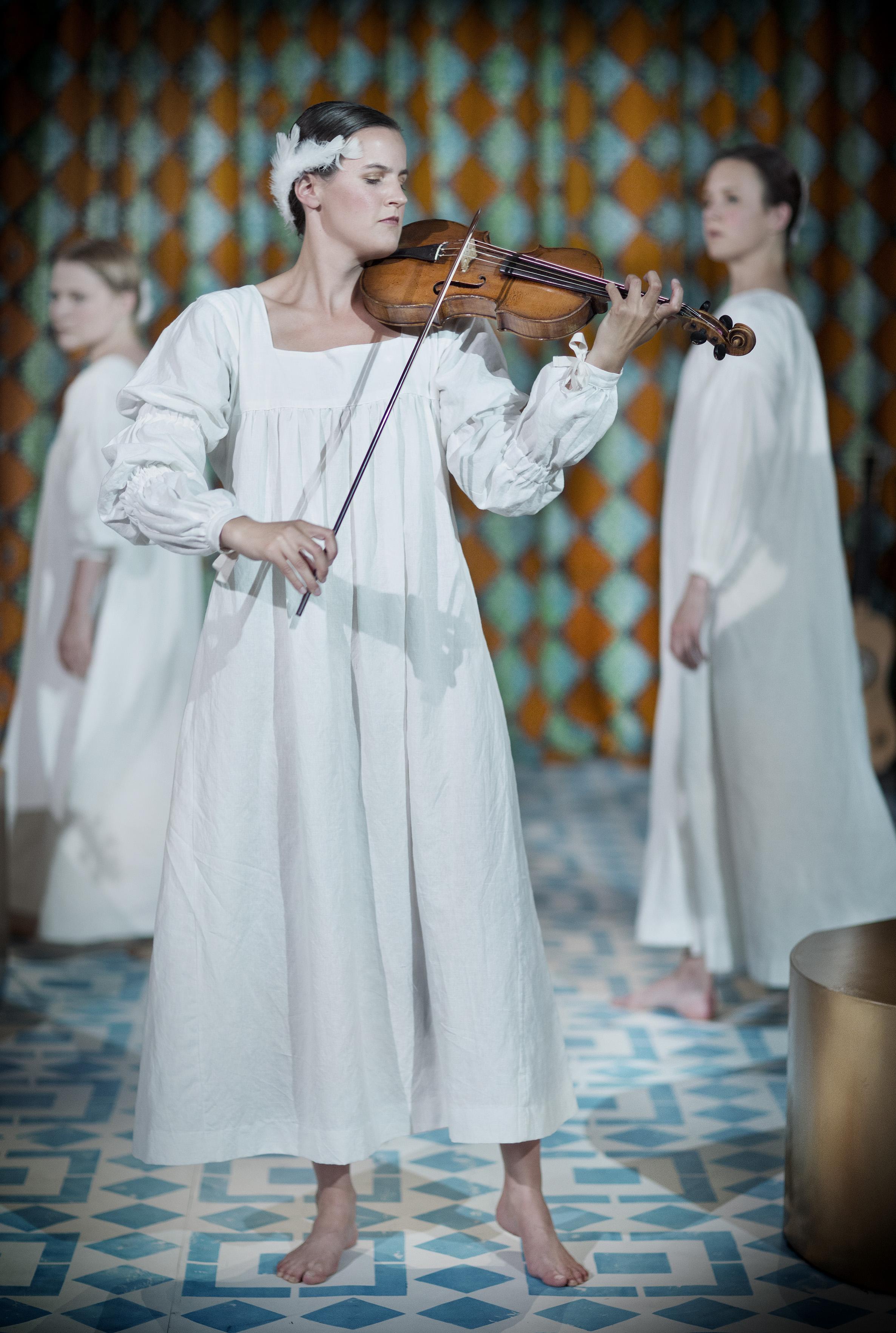 Christina Larsson Malmberg, sopran, Catalina Langborn, barockviolin, Karin Modigh, barockdans. Foto: Markus Gårder.