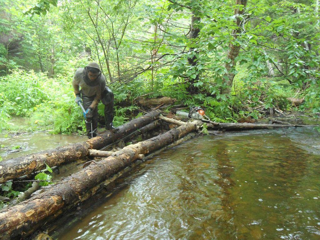 Kyle Lefort travail sur une crèche sur le ruisseau Aucoin.
