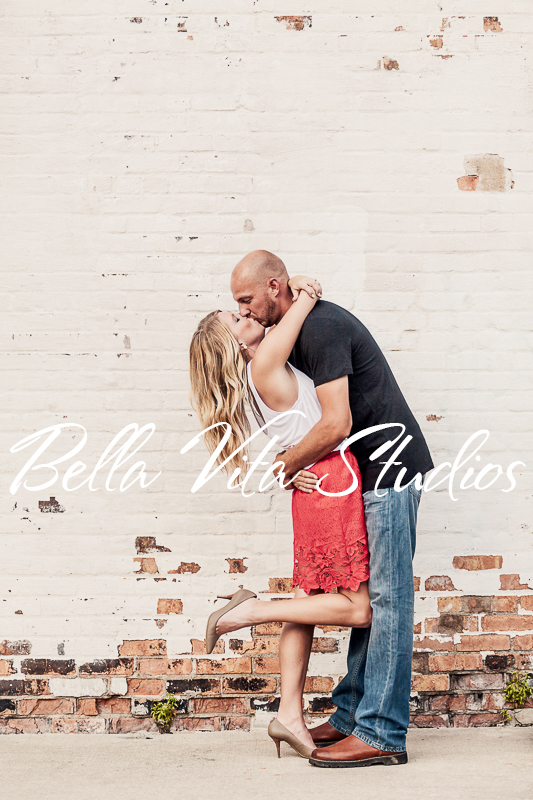 wedding-photographers-in-fort-wayne-indiana-photography-20150905-engagement-session-downtown-outdoor-1089.jpg