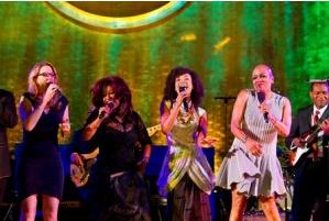 Susan Tedeschi, Chaka Khan, Esperanza Spalding, Dee Dee Bridgewater, and Robert Cray perform together. Photo credit: UN/JC McIlwaine