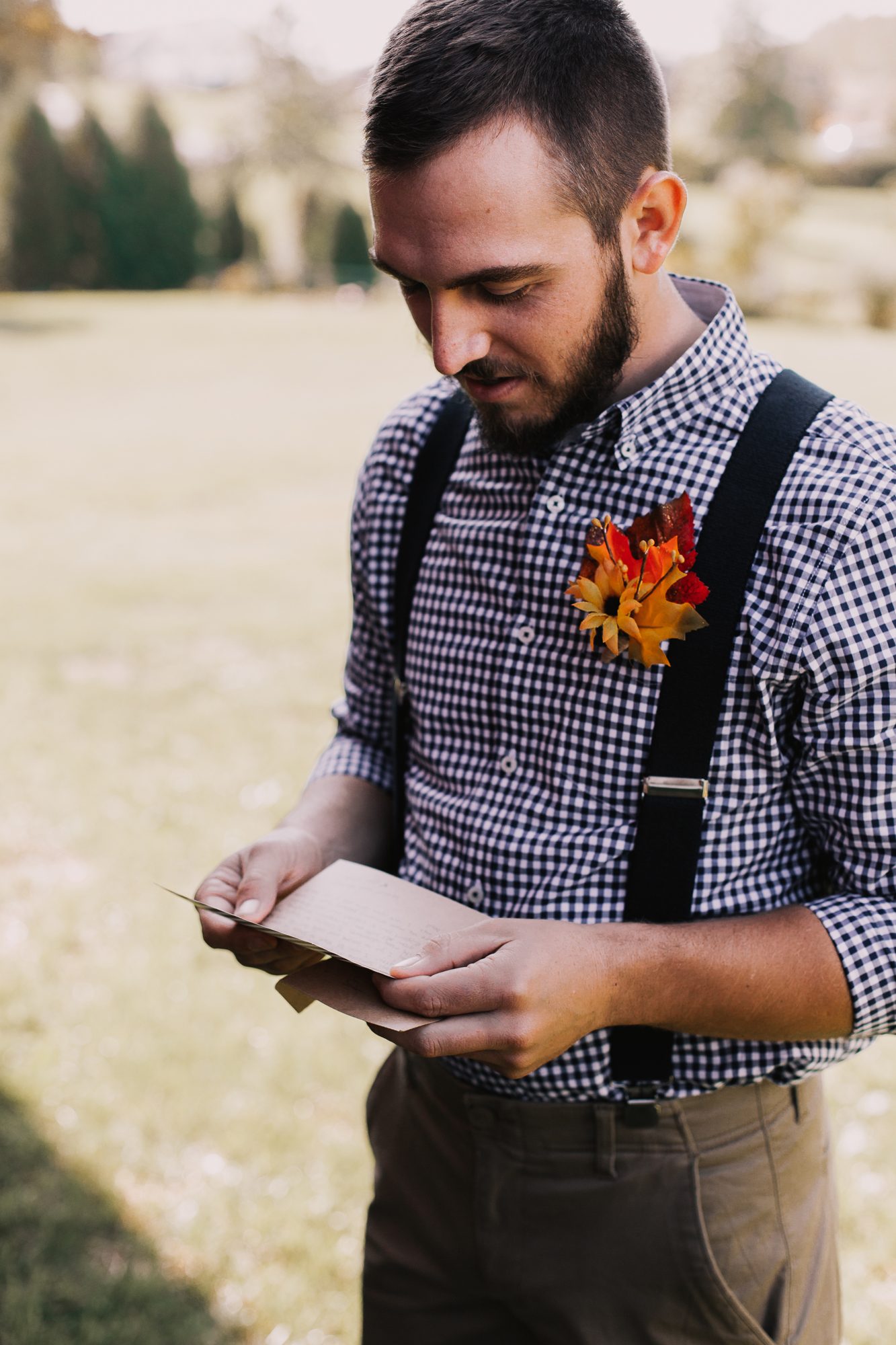 groom-reads-note-on-wedding-day