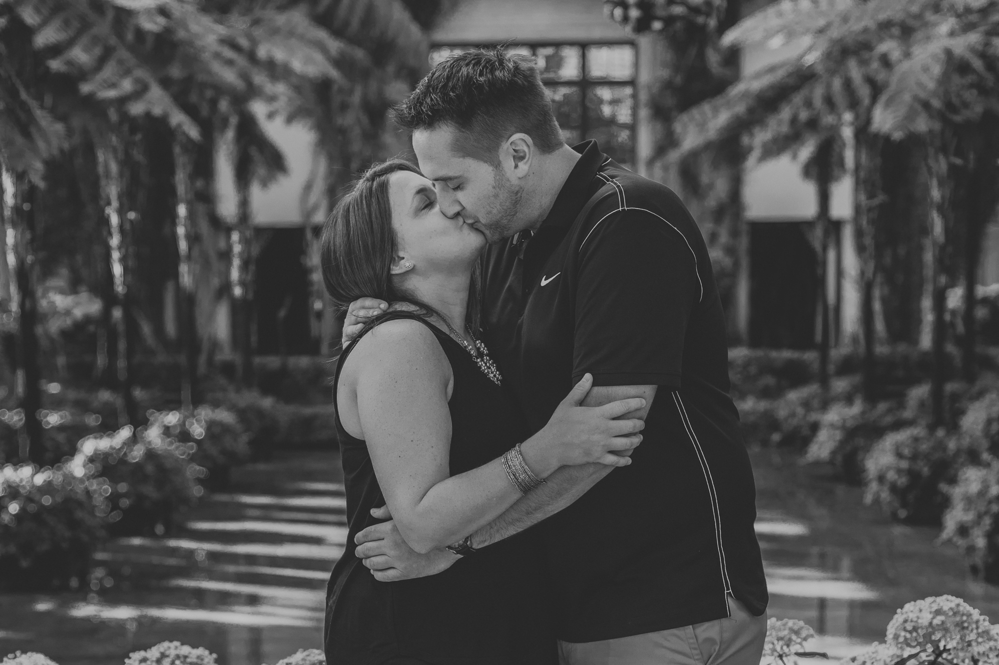 longwood-gardens-west-chester-couple-kiss-photography