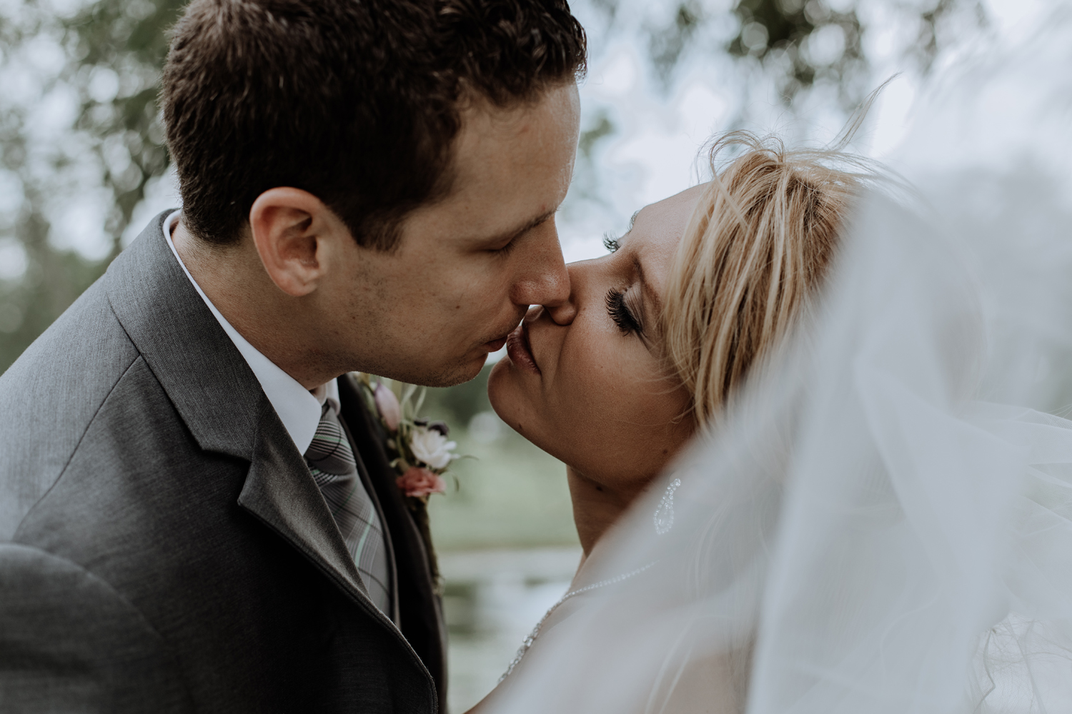 silver-creek-country-club-bride-and-groom-portrait-photography-kiss