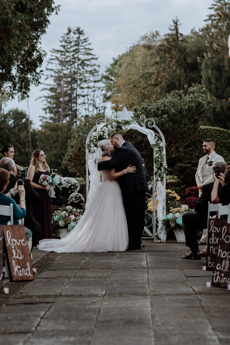 rome-ny-wedding-photography-the-beeches-inn-first-kiss