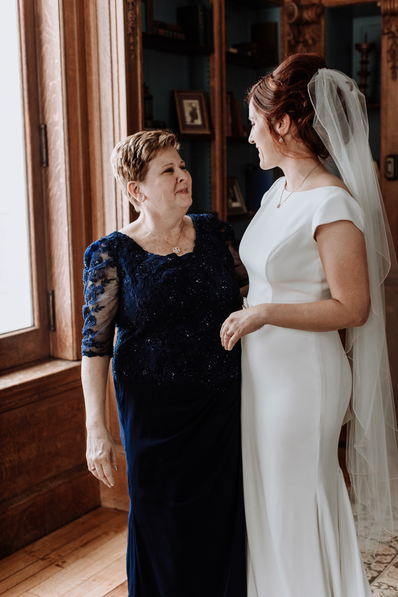lehigh-valley-wedding-photographer-cairnwood-estate-getting-ready-bride-and-mom