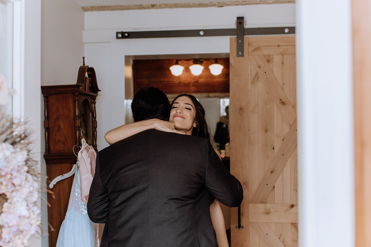 barn-swallow-farm-wedding-father-daughter-first-look-5