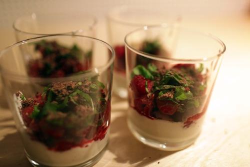 Till efterrätt blandade jag 4 dl turkisk yoghurt 1/2 dl florsoker samt en rejäl nypa äkta vanlijpulver. Slängde på hallon, timjan och riven choklad. Drämde ner en halvtaskigt putsad silversked i varje glas till att gräva runt med.