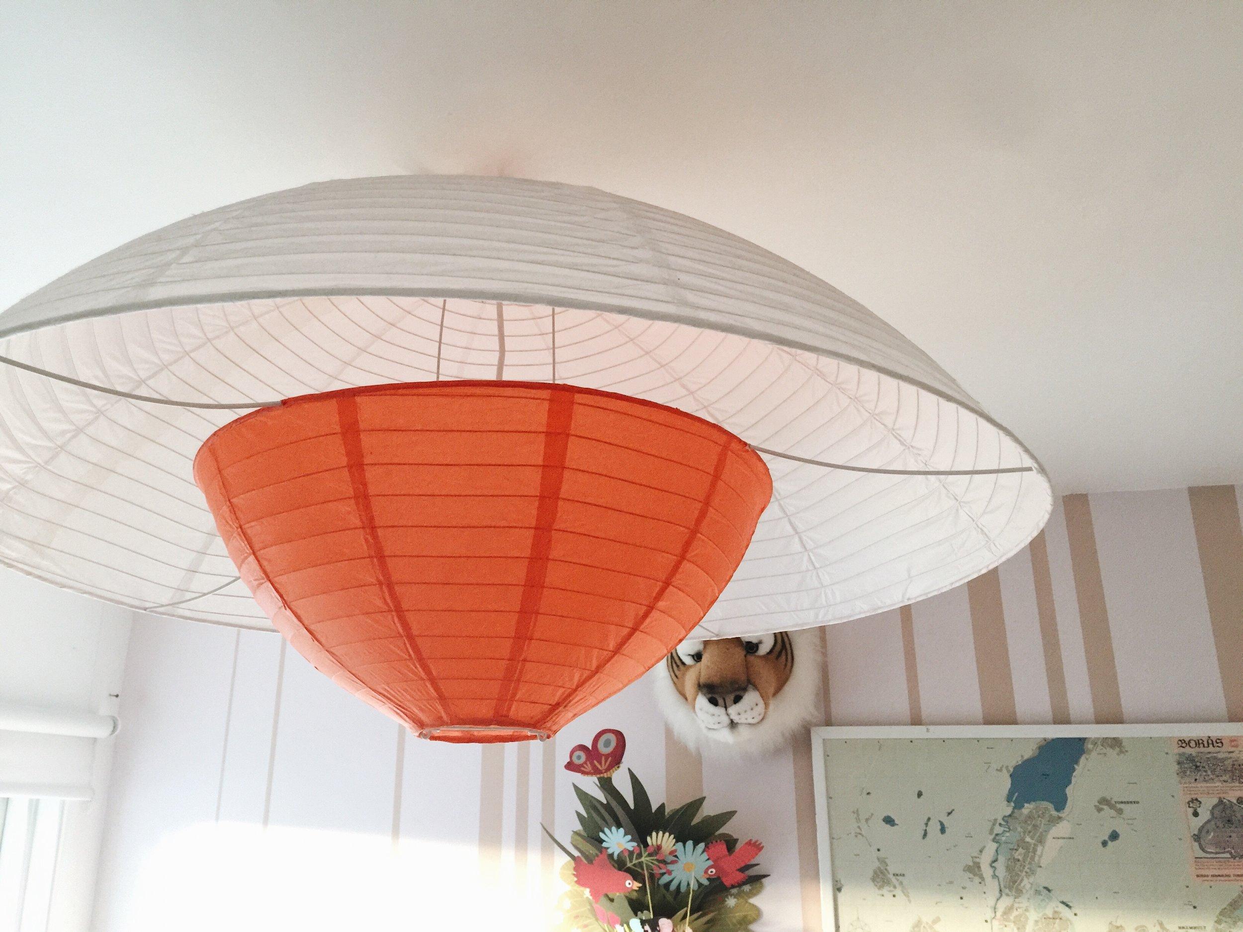Denna ljuvliga rislampa är från en loppis, såklart. Undrar över ursprung. Ikea kanske, sent 90-tal?