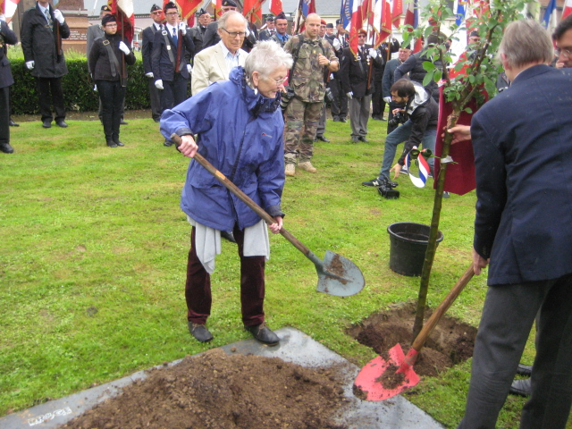 Peggy Seeger, niece of American poet and Foreign Legionnaire Alan Seeger who died during the battle of Belloy-en-Santerre, plants an apple tree in commemoration of all those killed 100 years earlier