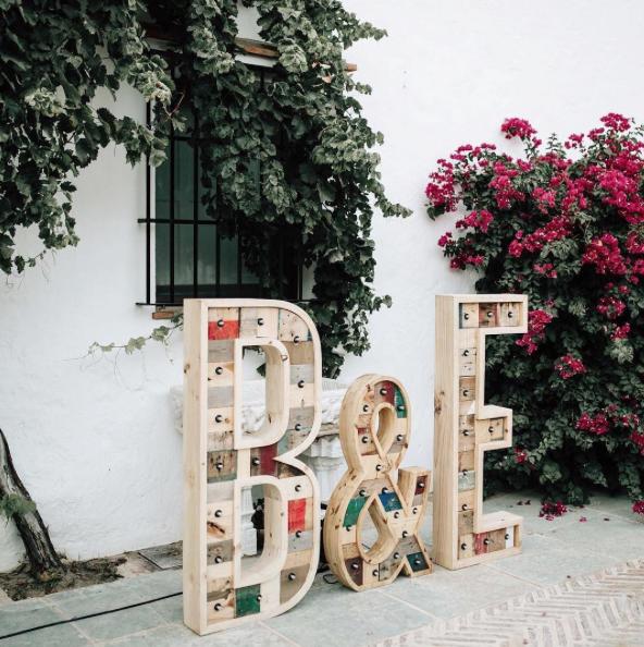 boda-letras-luminosas-27lletres-alquiler-B&E-dia.png