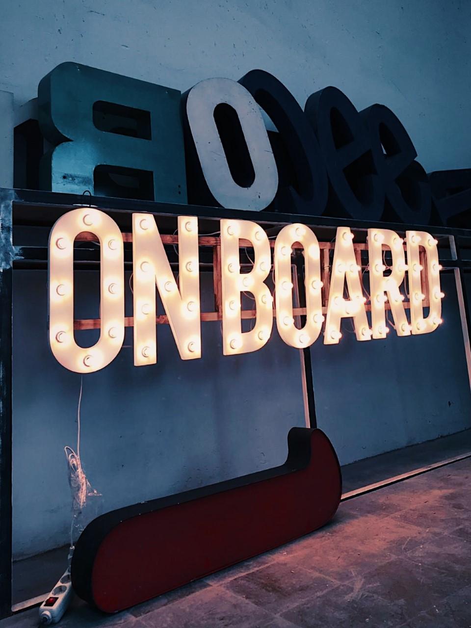 ONBOARD-eventos.bombillas-27lletres-01.JPG