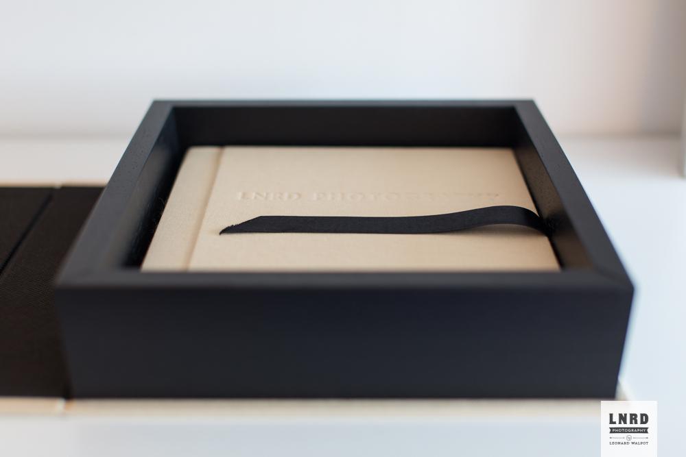 Optioneel wordt het album geleverd in een houten box met dezelfde afwerking als het album.