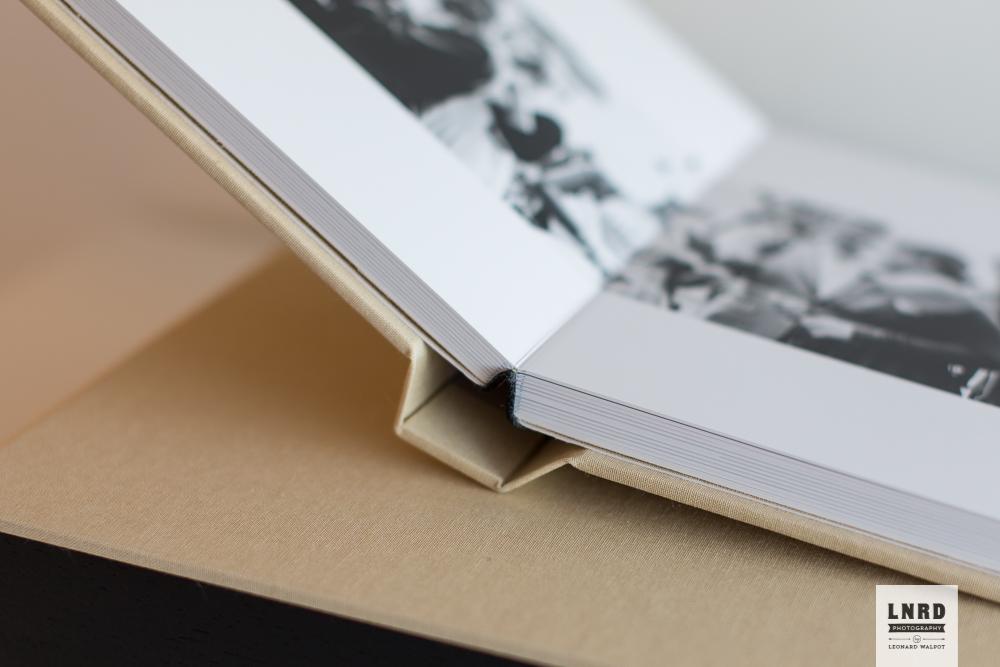 Het papier is lekker dik en valt helemaal vlak (lay-flat).