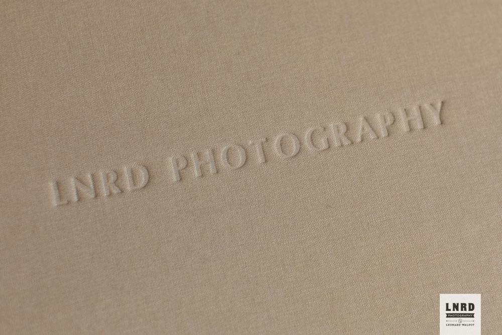 Op zowel de box als de cover van het album bestaat de optie een naam of namen te embossen. Bijvoorbeeld die van een bruidspaar, baby of bedrijf.