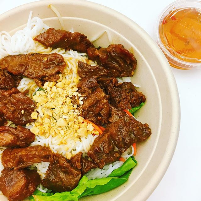 One of our best sellers at the ferry building location: lemongrass pork vermicelli. . . . #outthedoorsf #slanteddoorgroup #lunchbox #ferrybuilding #sfferrybuilding #sanfrancisco #theembarcadero #lemongrasspork #vietnamesefood #lightmeal